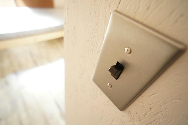 スイッチはハードな質感です。