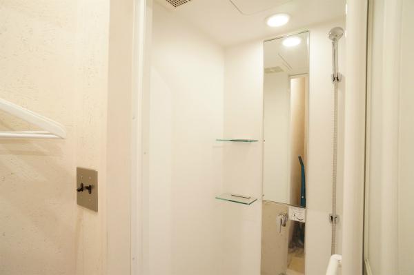 脱衣所もあるシャワールームがありますよ。