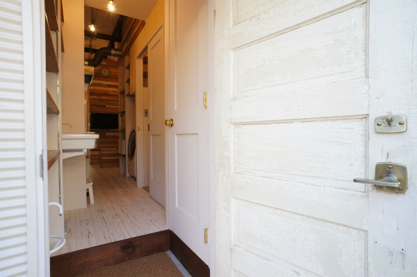 アンティーク調のドアは、made in America.