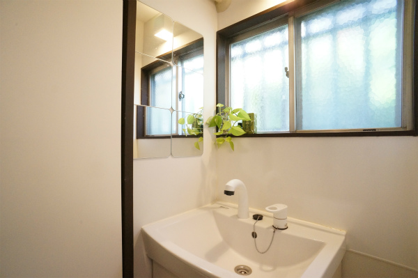 バスルーム脇にある洗面所です。
