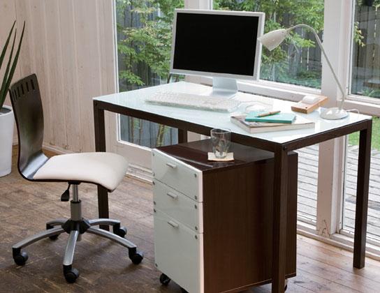 シェアハウスの個室をより整理するための、パソコンデスクを片付ける4つのコツ