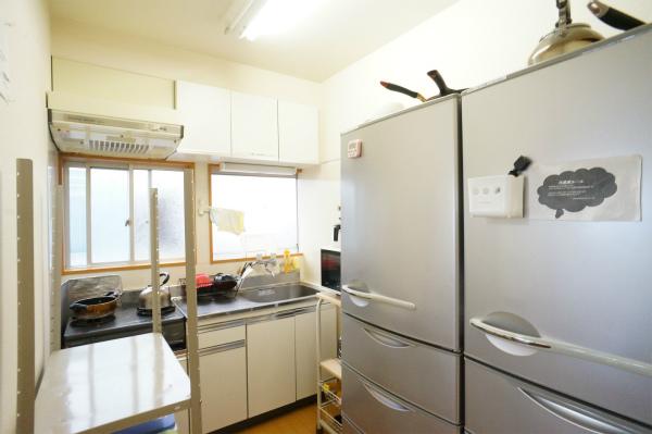 大型冷蔵庫が2台並んでいる冷蔵庫です。