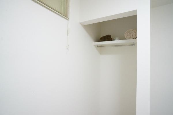 オープンクローゼットもあります!オープンだと部屋が広く感じますね。