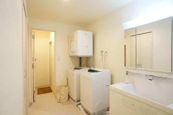 手前から洗面所、洗濯機、乾燥機です。