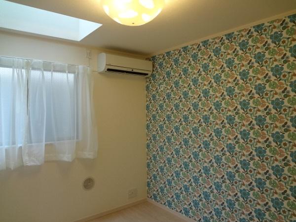 こちらは102号室。壁紙がお部屋毎に違いますね。