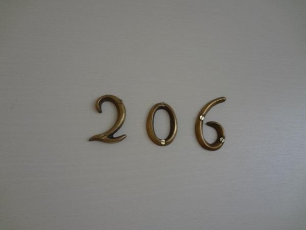 ルームプレートもキュート。206号室です。