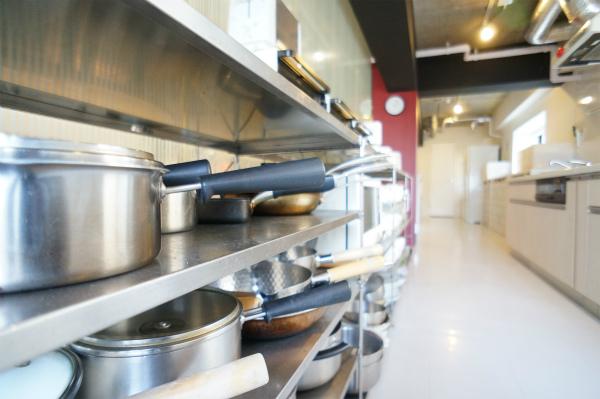 フライパンや鍋などの調理器具もすべて揃っています。