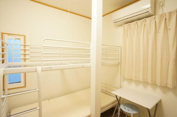 こちらは207号室のお部屋です。ロフトベッドになっています。