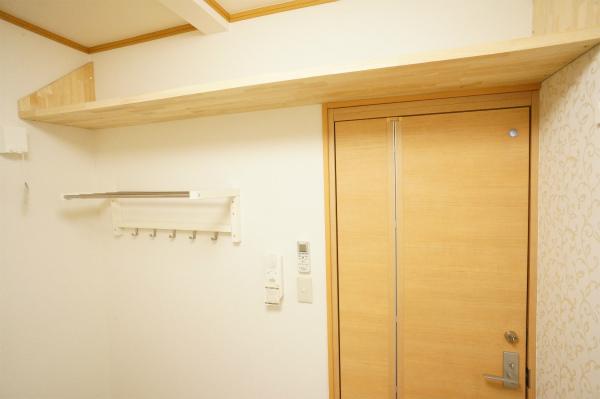 オープンクローゼットの他、壁一面に収納棚が用意されています。