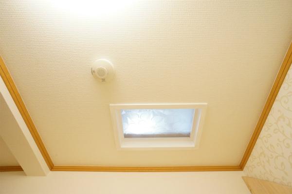 こちらのお部屋には天窓が。太陽の光が天井から降り注ぎます。