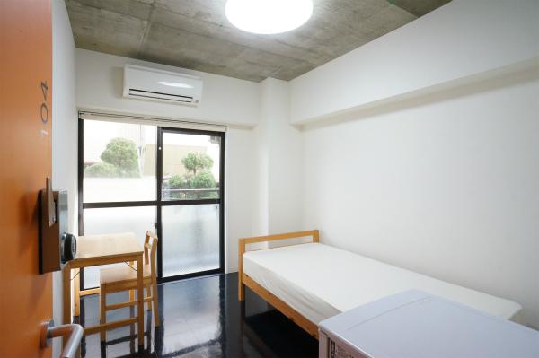 家具一式がそろったシンプルなお部屋。