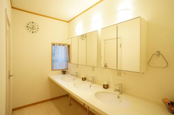 1Fには洗面所が3つかわいく並んでいます。2Fにもありますよ。