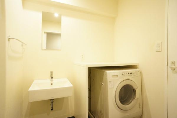 洗面所の隣にはドラム式洗濯機があります。