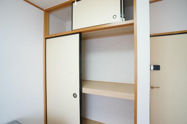 こちらのお部屋は押入れ収納があるので、荷物が多い方でも安心ですね。
