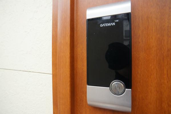 玄関のドアはテンキー製です。もちろん、オートロック。