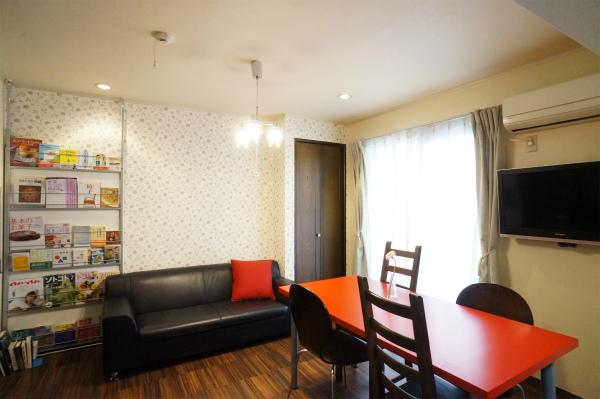 ラウンジにはダイニングテーブルとソファが置かれています。