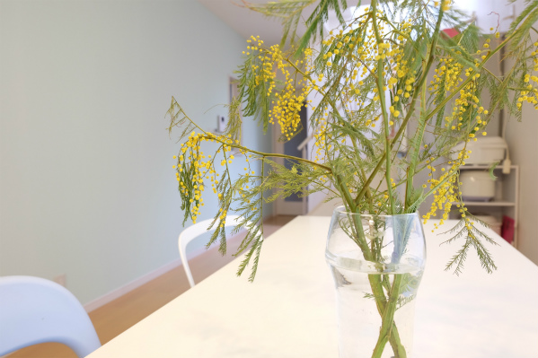 テーブルには四季折々のお花が飾られています♪
