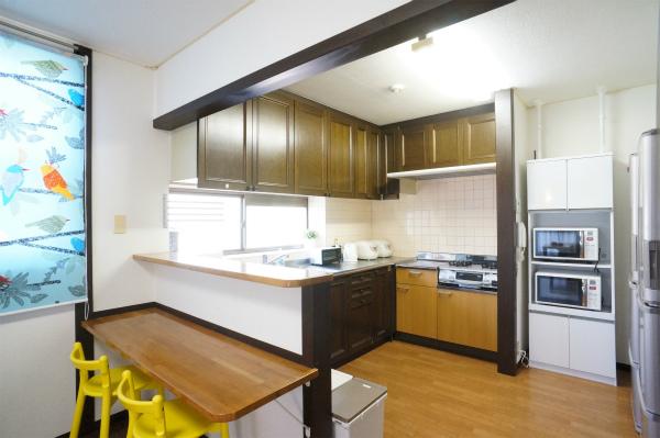 カウンターもあるちょっと変わった形をしたキッチンです。