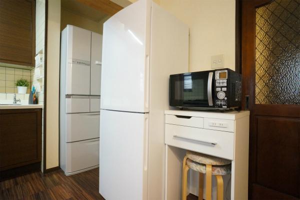 大型冷蔵庫2台、電子レンジ2台、トースター1台、電子ケトル1台、炊飯器2台あります