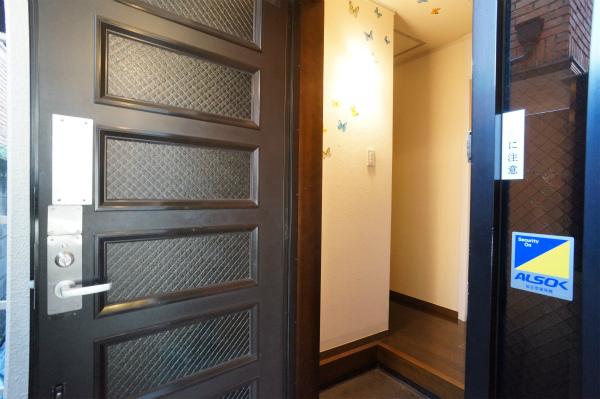 玄関。防犯性の高いカードキー採用
