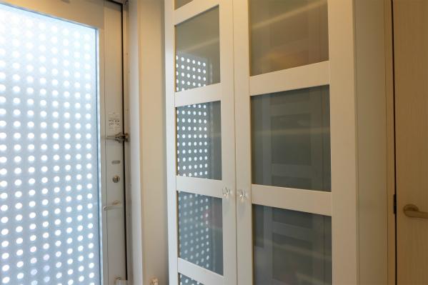 シューズBOXが白色と水色のガラスでとってもオシャレ。