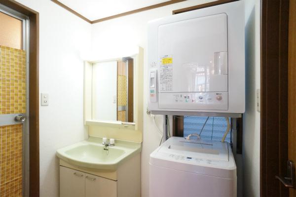 洗面所のとなりに、洗濯機・乾燥機があります。もちろん無料です。