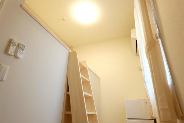 201号室です。段差のあるお部屋になっています。天井が高いですね。