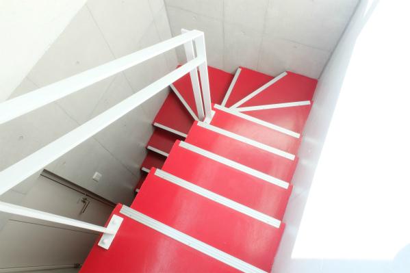 階段は、真っ赤!ビビッドですね。