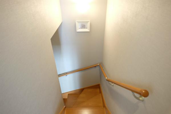 階段には絵画が飾られています。