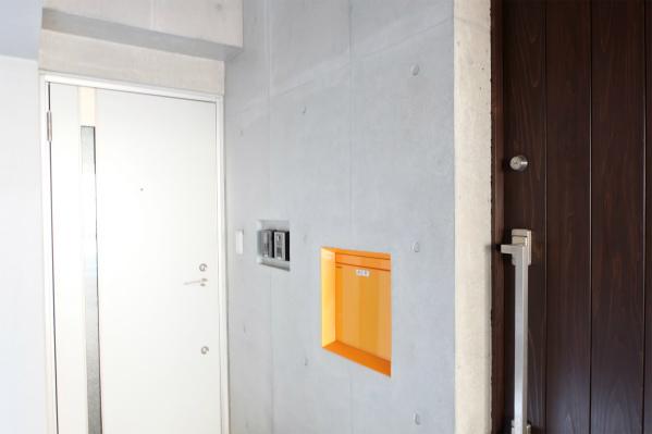 玄関ドアは2つ。一つはオーナーさん宅です。