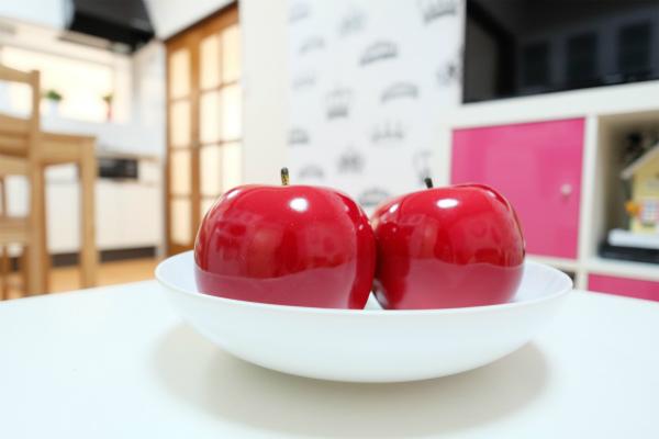 リビングには美味しそうなリンゴが置かれています。