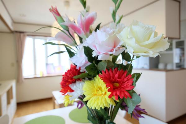 白、赤、黄などのお花が華やかな雰囲気を。