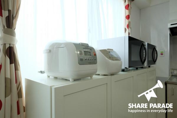 炊飯器と電子レンジがかわいく並んでいます。