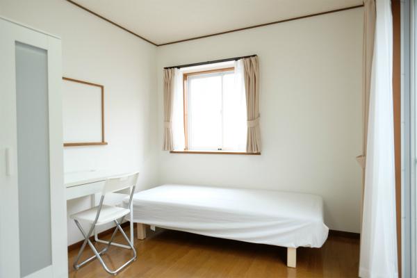 こちらは101号室です。家具が揃っています。
