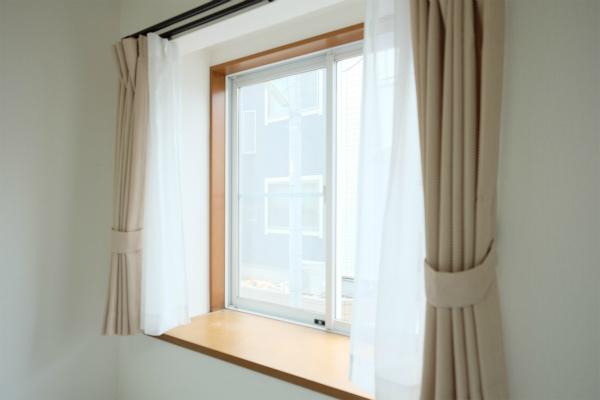 出窓があるので、こちらに小物を置きたいですね。