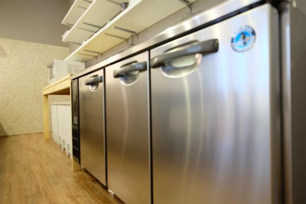 冷蔵庫は業務用でパワフルな感じ。