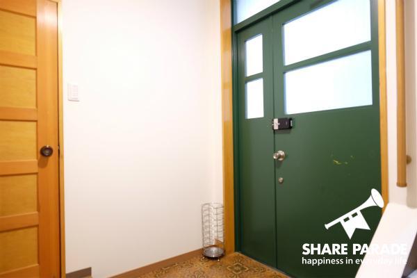 緑色のドアがかわいいエントランスです。