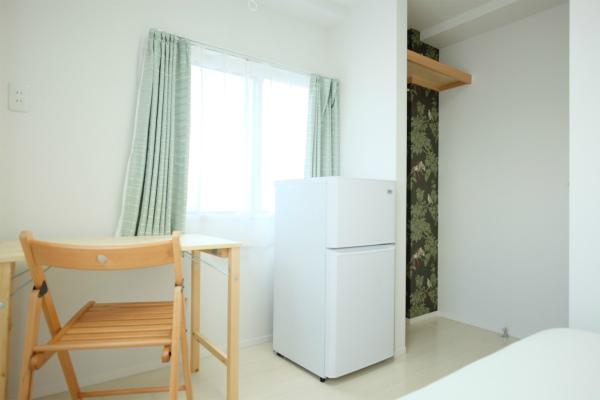 お部屋に2ドア冷蔵庫が完備されています。