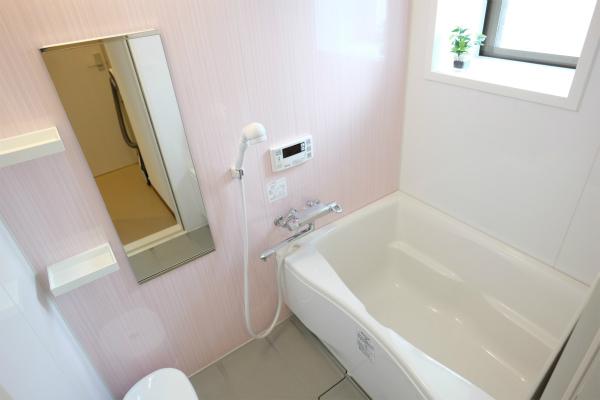 こちらは女性専用のバスルームです。窓もあって気持ちいい。