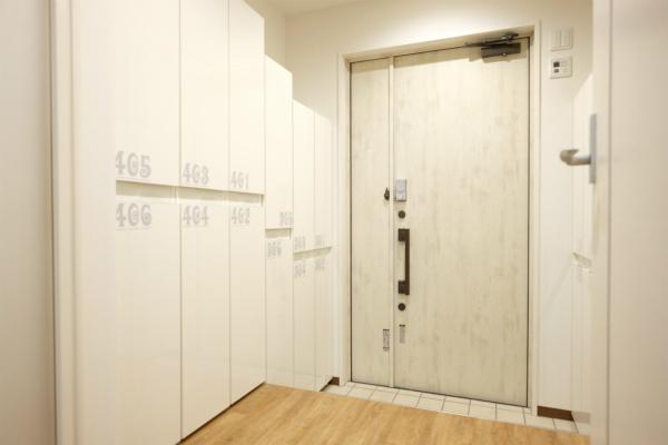 シャビーなドアが印象的なエントランスです。