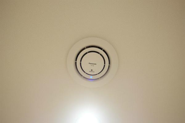 ナノイーがエントランスの天井にあります。脱臭効果が抜群です。