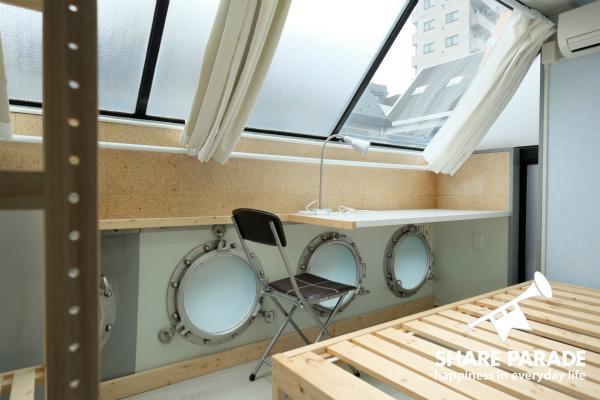 潜水艦のような窓がとても印象的なお部屋です!