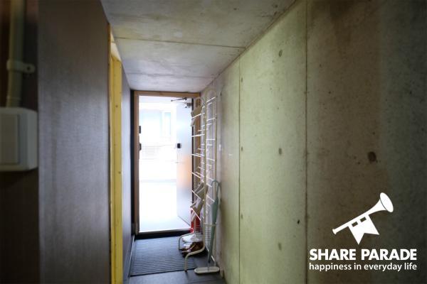 コンクリートの壁がクールなエントランスです。