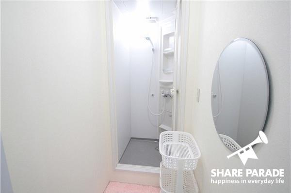 大きな楕円系の鏡があるシャワールームです。