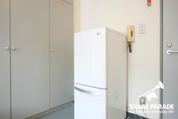 2ドア冷蔵庫完備。