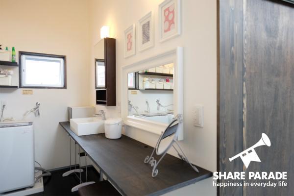 横に長い洗面所です。ここの他に2箇所あります。