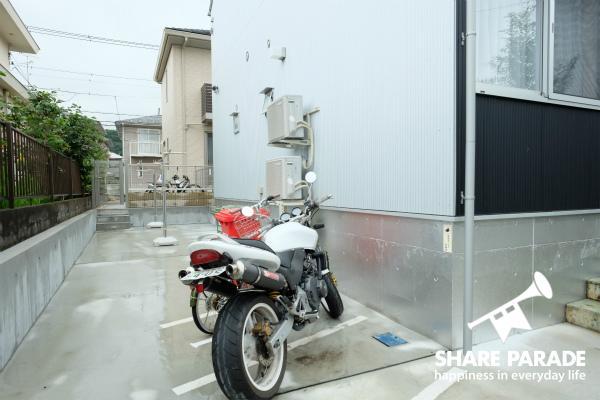 バイクの駐輪場が用意されています。1台だけ車も置けます。