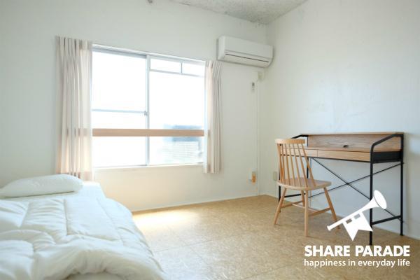 ベッド、机、イスなどの家具は揃っています。なお、2名入居もOKです。
