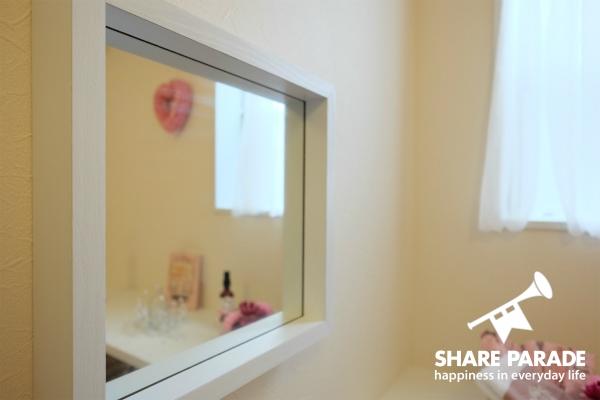 お部屋には鏡があります。