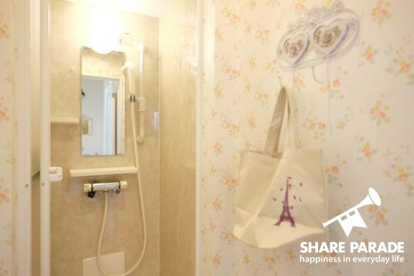 キラキラのかわいい壁紙のシャワー室です。